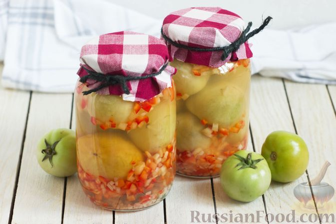 Фото к рецепту: Зеленые помидоры, маринованные с болгарским перцем и чесноком (на зиму)