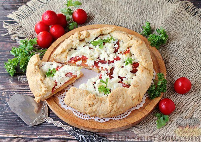 Фото к рецепту: Галета из рубленого теста, с помидорами и брынзой