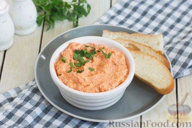 """Фото к рецепту: Греческий дип-соус """"Хтипити"""" из болгарского перца и сыра фета"""