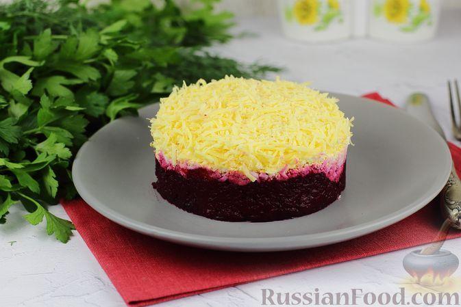 Фото к рецепту: Слоёный салат со свёклой, яйцами и сыром