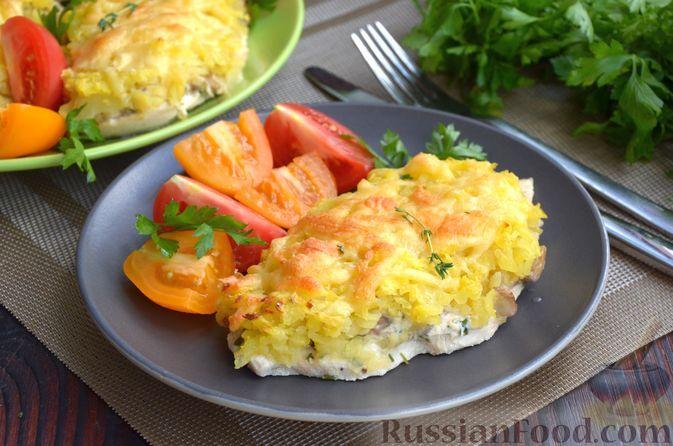 Фото к рецепту: Куриные отбивные, запечённые с грибами, картофелем и сыром