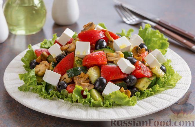 Фото к рецепту: Греческий салат с шампиньонами