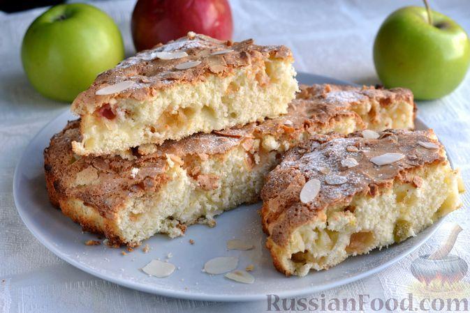 Фото к рецепту: Шарлотка на сметане, с яблоками