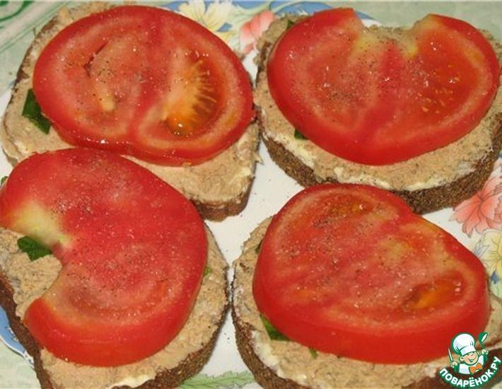 Рецепт: Бутерброды с паштетом, сыром Хохланд и помидорами