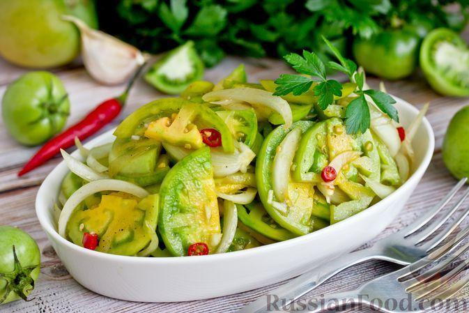 Фото к рецепту: Пикантный салат из зелёных помидоров с луком, чесноком и острым перцем