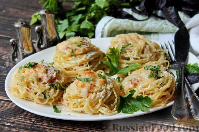 """Фото к рецепту: """"Гнёзда"""" из спагетти с беконом и сыром (в духовке)"""
