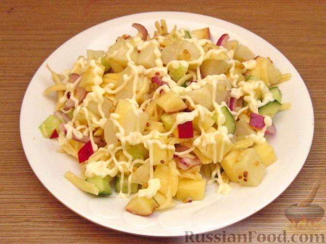Фото к рецепту: Салат картофельный с сыром и яблоками