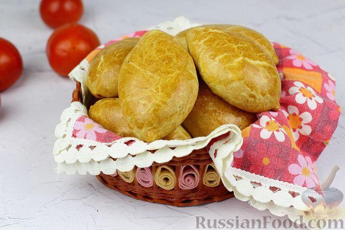 Фото к рецепту: Бездрожжевые пирожки на кефире, с тушёной капустой (в духовке)
