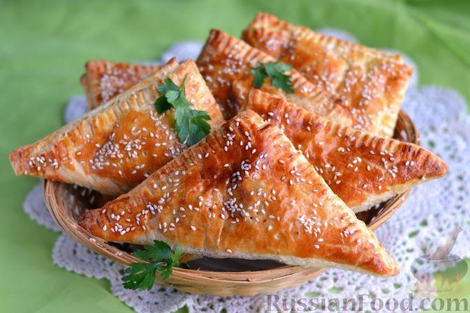 Фото к рецепту: Слоёные пирожки с квашеной капустой