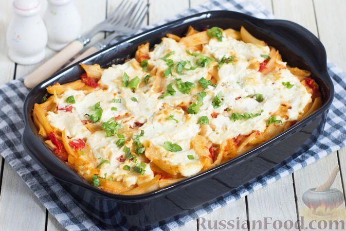 Фото к рецепту: Запеканка из макарон с творогом, сыром, шпинатом и томатным соусом