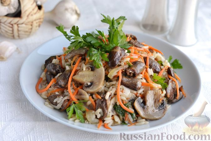 Фото к рецепту: Рис с куриными сердечками и грибами (на сковороде)
