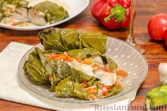 Фото к рецепту: Рыба, запечённая с овощами в виноградных листьях