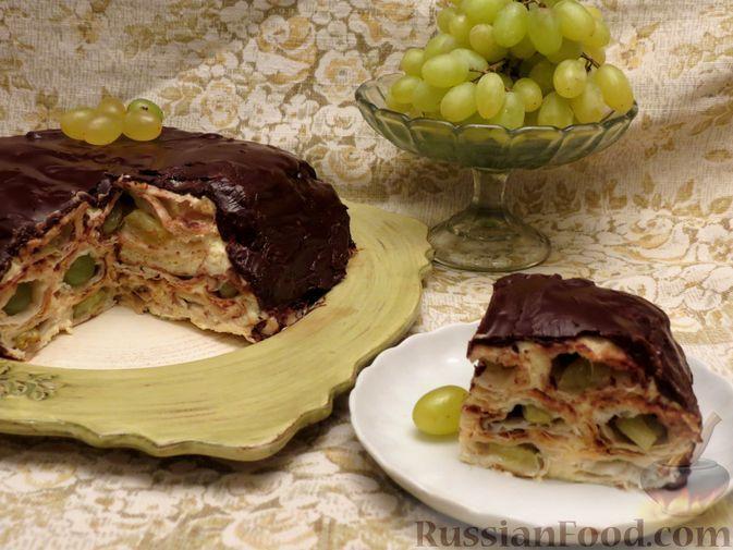 Фото к рецепту: Слоёный торт с виноградом и сметанным кремом