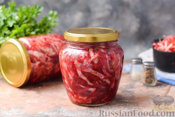 Фото к рецепту: Салат из капусты со свёклой и морковью (на зиму)