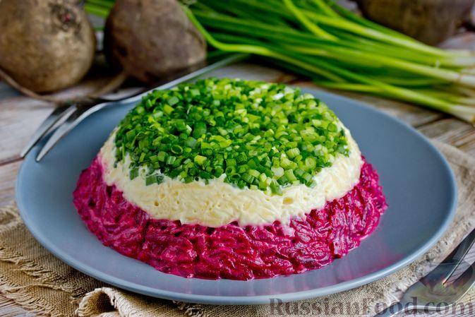 Фото к рецепту: Слоёный салат из свёклы, сыра и зелёного лука