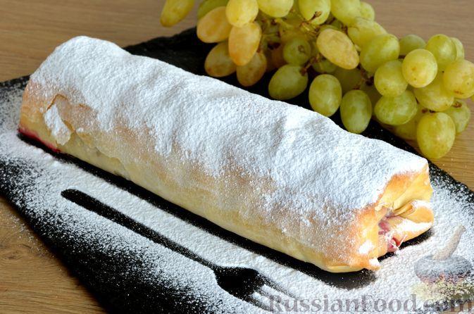 Фото к рецепту: Штрудели из теста фило с виноградом, смородиной и вишней