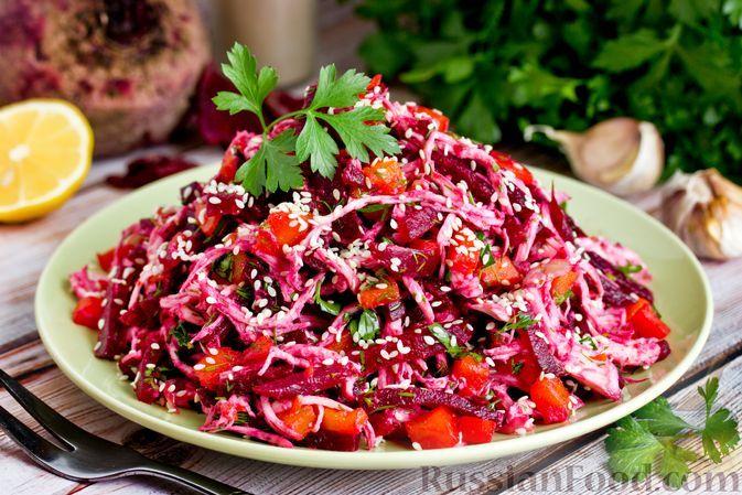 Фото к рецепту: Салат с курицей, свёклой, морковью, зеленью и чесноком
