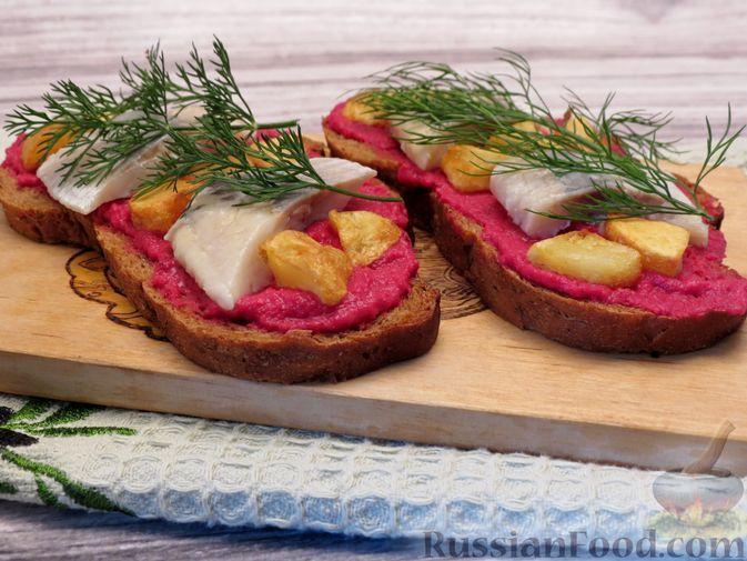 Фото к рецепту: Сморреброд с сельдью, свекольным пюре и картофелем