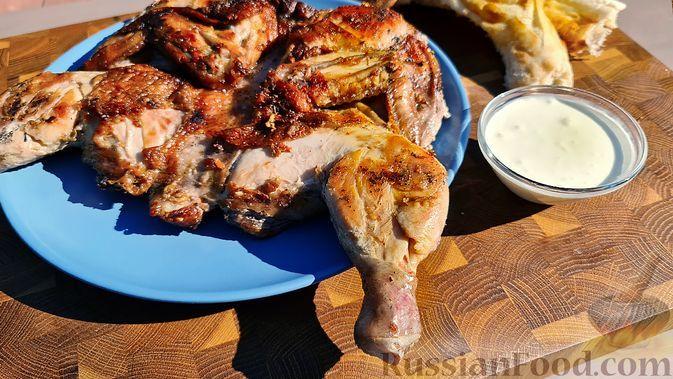 Фото к рецепту: Цыплёнок тапака (табака) с чесночным соусом