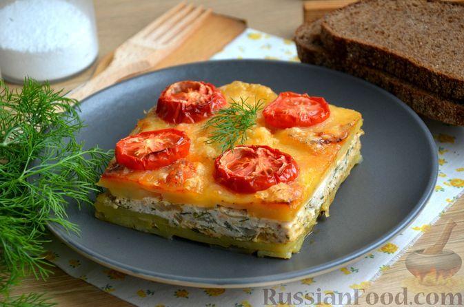 Фото к рецепту: Картошка, запечённая с фаршем, помидорами и сыром