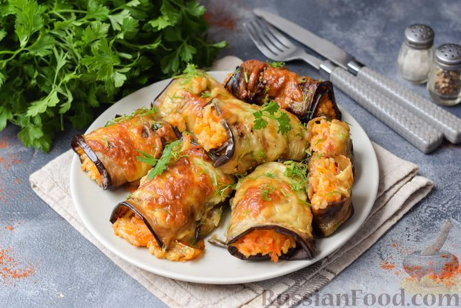 Фото к рецепту: Рулетики из баклажанов, фаршированные рисом и овощами (в духовке)