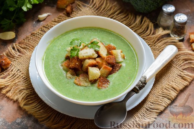 Фото к рецепту: Суп-пюре из брокколи, с картофелем и шпинатом