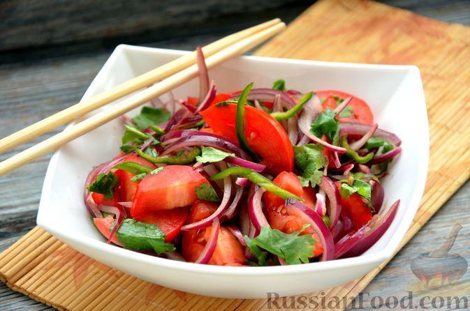 Фото к рецепту: Салат «Синьцзянский тигр» из помидоров с красным луком и перцем чили