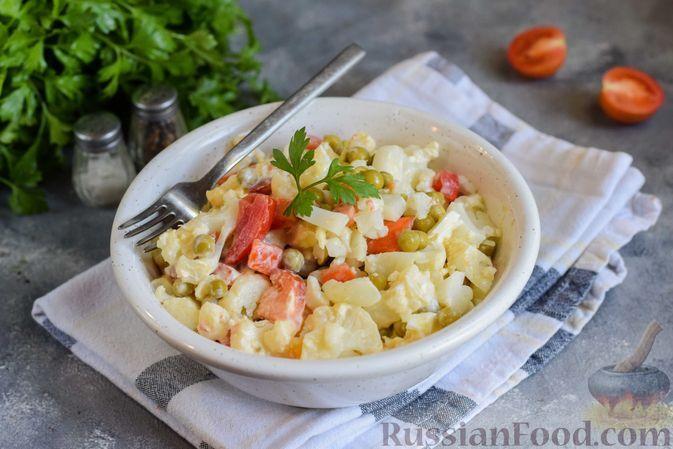 Фото к рецепту: Салат с цветной капустой, помидорами, зелёным горошком и яйцами