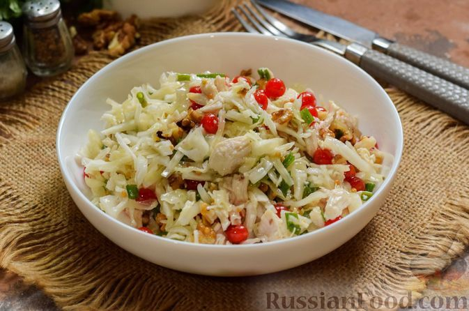 Фото к рецепту: Салат с курицей, капустой, клюквой и грецкими орехами