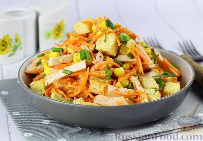 Фото к рецепту: Салат с копчёной курицей, морковью по-корейски, кукурузой и сухариками