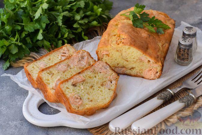 Фото к рецепту: Закусочный дрожжевой кекс с рыбой и сыром