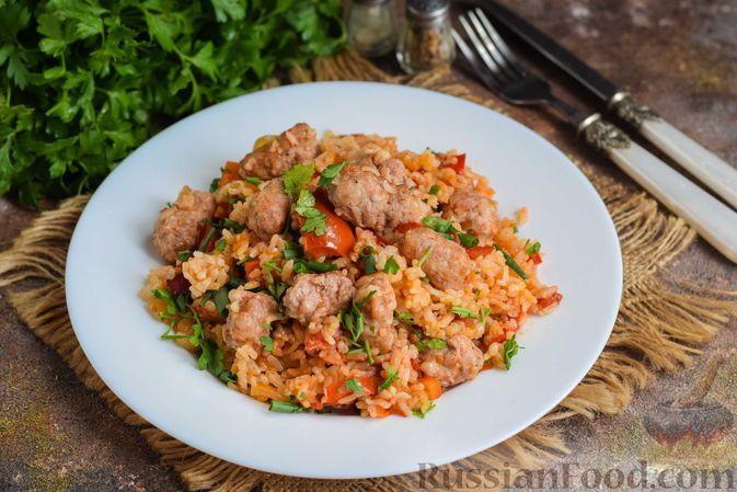 Фото к рецепту: Рис с овощами и мясными колбасками (на сковороде)