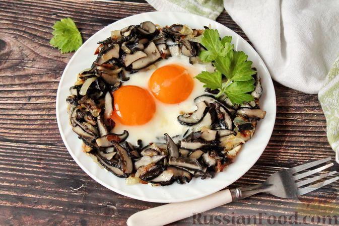 Фото к рецепту: Яичница с луком и лесными грибами