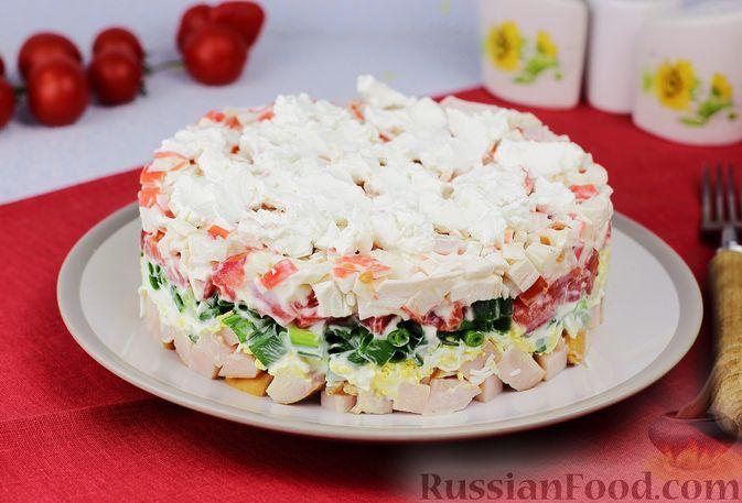 Фото к рецепту: Слоёный салат с крабовыми палочками, помидорами, ветчиной и фетой