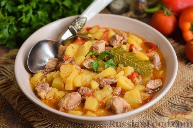 Фото к рецепту: Картошка, тушенная с индейкой и сладким перцем