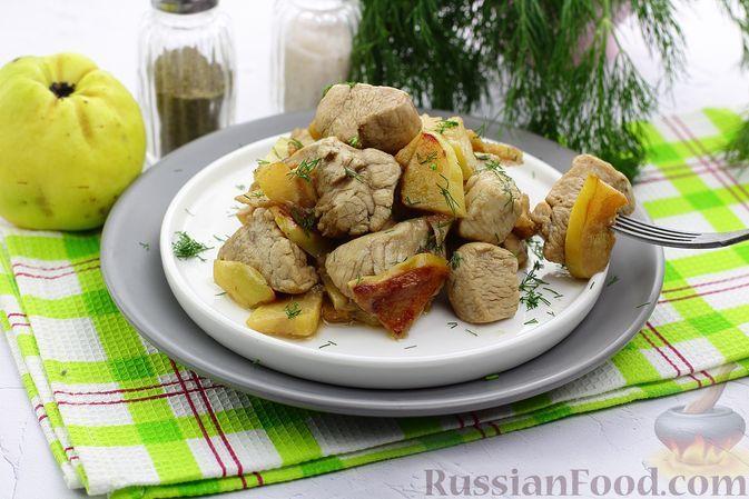 Фото к рецепту: Куриное филе, тушенное с айвой и соевым соусом
