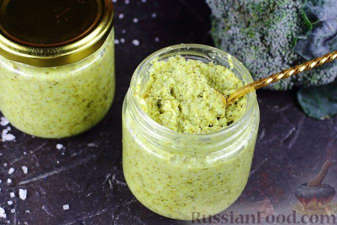 Фото к рецепту: Соус-дип из брокколи с чесноком, базиликом и оливковым маслом