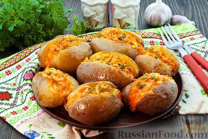 Фото к рецепту: Запечённая картошка с морковно-сырной начинкой