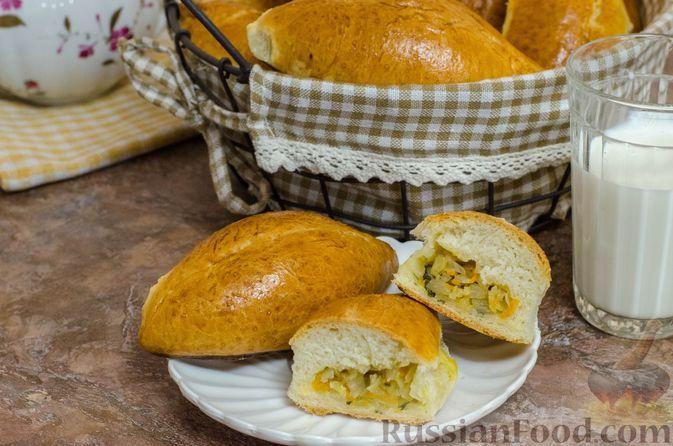 Фото к рецепту: Дрожжевые пирожки на молоке, с капустой и морковью (в духовке)