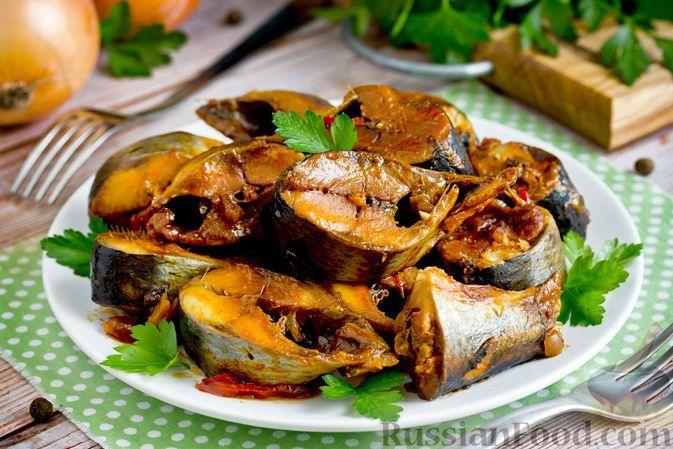 Фото к рецепту: Сельдь, тушенная с овощами в томатном соусе