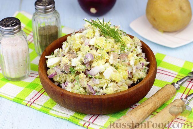 Фото к рецепту: Картофельный салат с сельдью и яйцами