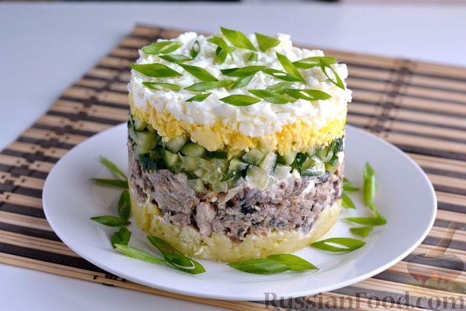 Фото к рецепту: Слоёный салат с рыбными консервами, картофелем, огурцами и яйцами