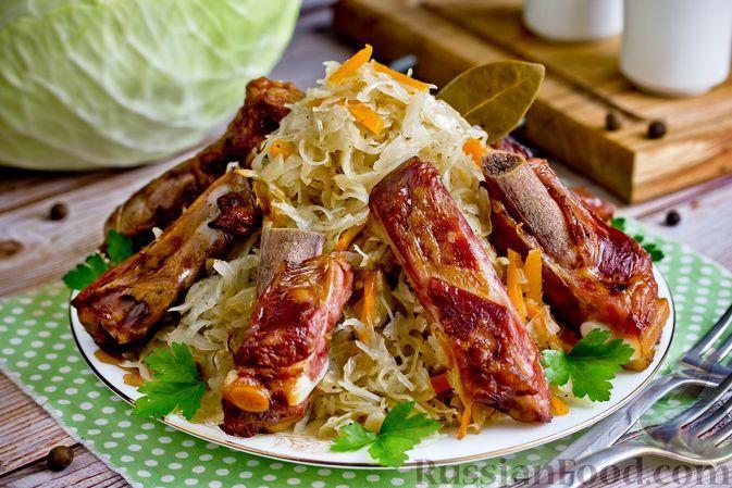 Фото к рецепту: Капуста, запечённая с копчёными свиными рёбрами (в пакете)
