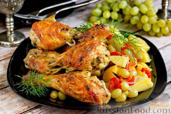 Фото к рецепту: Курица, запечённая в духовке с овощами и виноградом