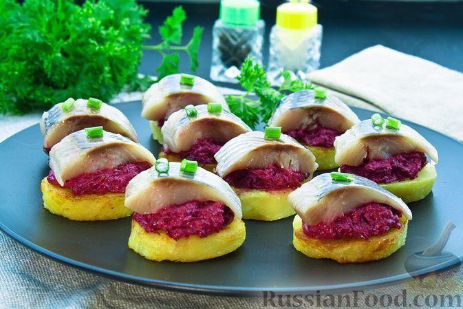 Фото к рецепту: Закуска из картофеля со свёклой и сельдью