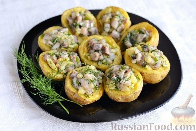 Фото к рецепту: Закуска из запечённого картофеля с сельдью и зеленью