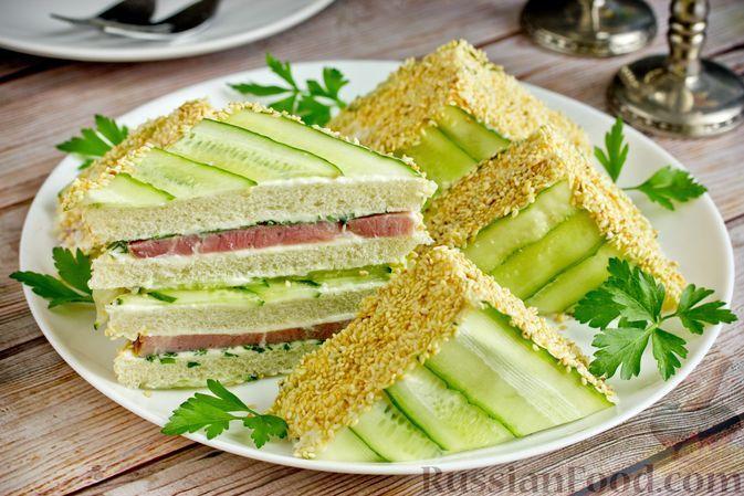 Фото к рецепту: Полосатые бутерброды с ветчиной, плавленым сыром, огурцами и кунжутом