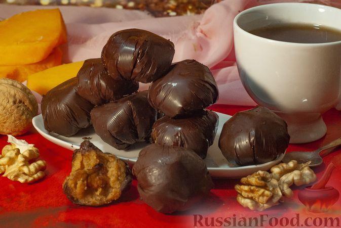 Фото к рецепту: Конфеты из печенья со сливочным сыром, тыквенным пюре и орехами, в шоколаде