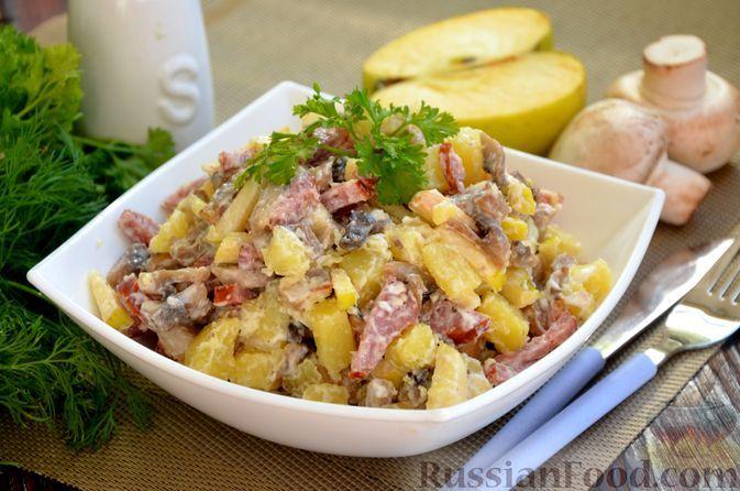 Фото к рецепту: Картофельный салат с жареными шампиньонами, колбасой и яблоком