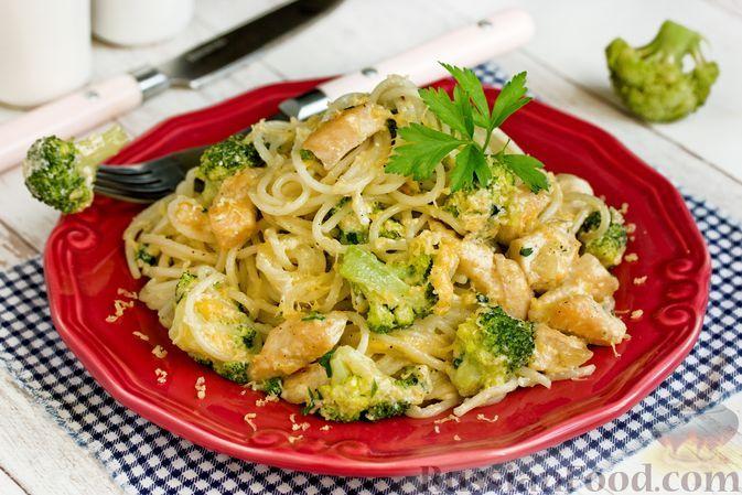 Фото к рецепту: Спагетти с курицей и брокколи в сливочно-сырном соусе